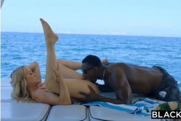 Brandi Love - MILF baszás a tengeren